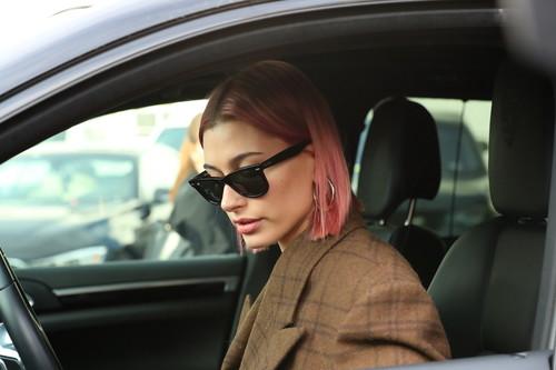 Hailey Baldwin brilla con el pelo rosa, aunque su oversize se ha ido completamente al extremo