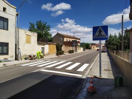 La DGT está probando estas señales experimentales en los entornos urbanos para reducir la velocidad, también a las motos