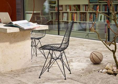 Clásicos del diseño: Vitra adapta la silla Eames Wire Chair para exteriores