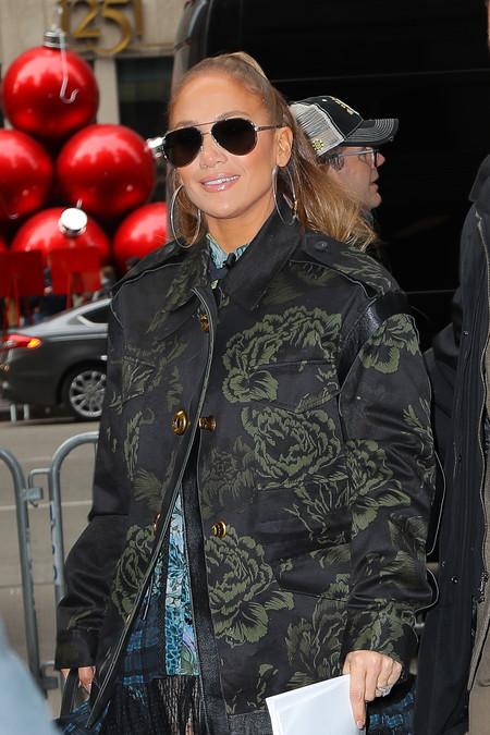 Jennifer López combina su vestido boho con las botas de moda de Jimmy Choo