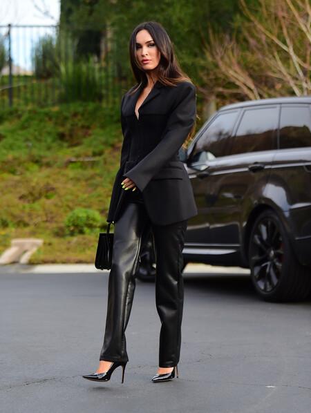 meghan fox pantalones de piel look de negro
