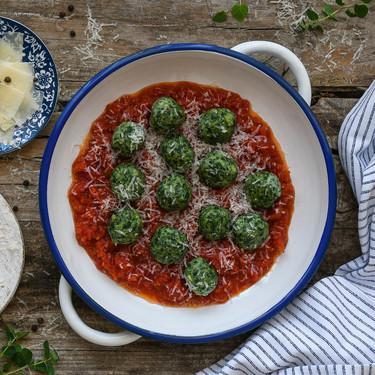 Cómo hacer malfatti o dumplings italianos de espinacas y queso ricotta con salsa de tomate
