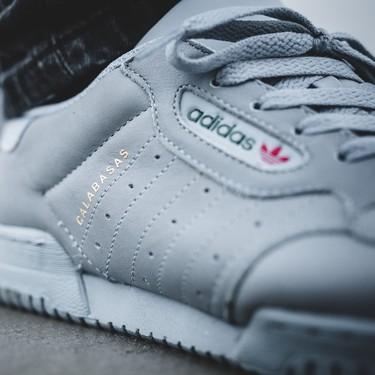 Las Adidas x YEEZY Powerphase Calabasas 'Grey' ya pisan las calles de Barcelona