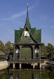 Reciclaje creativo: el templo del millón de botellas