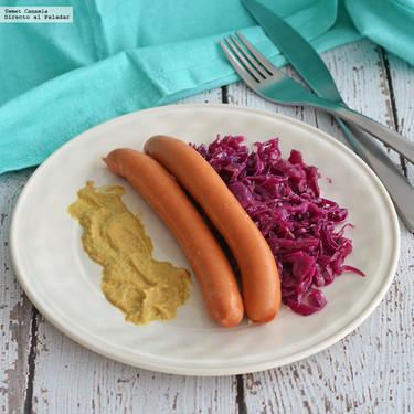 Salchichas alemanas con ensalada de col morada. Receta