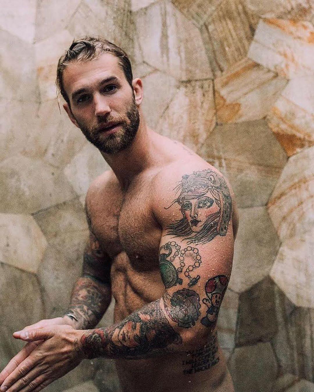 Si Buscas Inspiracion Para Un Nuevo Tatuaje En Los Brazos Estos 11 Hombres Tatuados Te Daran Nuevas Ideas Hoja de plata tatuaje temporal. brazos estos 11 hombres tatuados