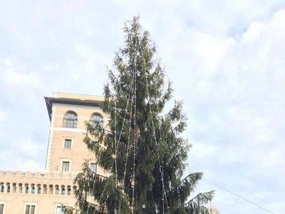 Los ciudadanos de Roma dicen que su árbol de Navidad es el más feo del mundo