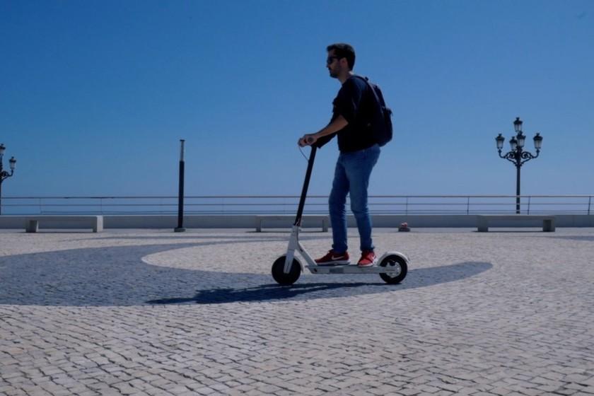 Muévete Por La Ciudad Al Mejor Precio En Patinete Eléctrico El Bestseller Xiaomi Mi Scooter A 339 Euros En Amazon Y El Corte Inglés