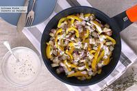 Salteado de berenjena y pimiento con salsa de yogur. Receta