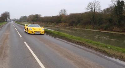 Tax The Rich: haciendo wakeboard remolcado por un Ferrari F50