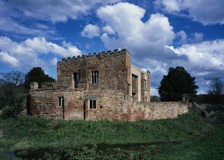 Casas poco convencionales: una vivienda moderna integrada en las ruinas de un viejo castillo