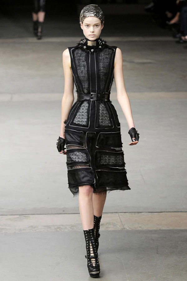 Foto de Alexander McQueen Otoño-Invierno 2011/2012 en la Semana de la Moda de París: Sarah Burton continúa con nota el legado (24/27)