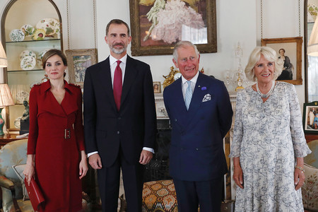 Doña Letizia cambia de look y apuesta por su color también en el Reino Unido: el rojo