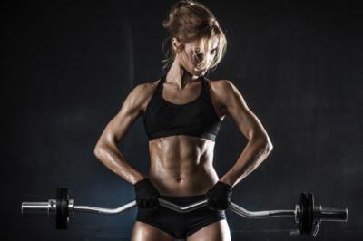 Mujeres y testosterona: ¿por qué entrenando con pesas no te convertirás en Hulk?