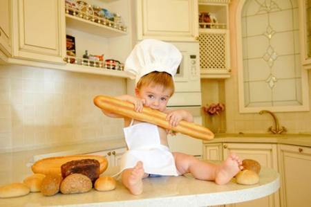 Bebé comiendo pan