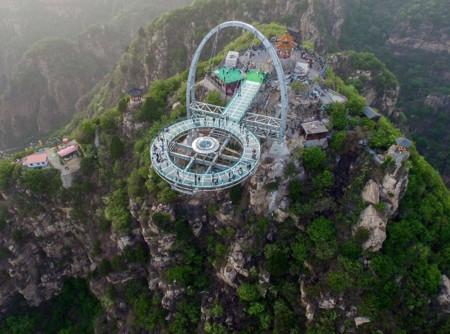El mirador con suelo de cristal más grande del mundo es oficial y se encuentra en China