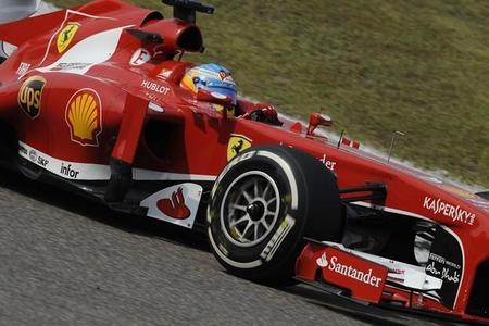 Fernando Alonso vence en China y lidera un podio lleno de campeones