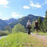 Una espalda más sana practicando la nordic walk o caminata nórdica