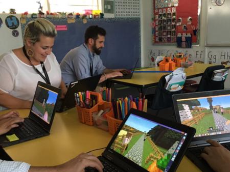 Profesores jugando a Minecraft