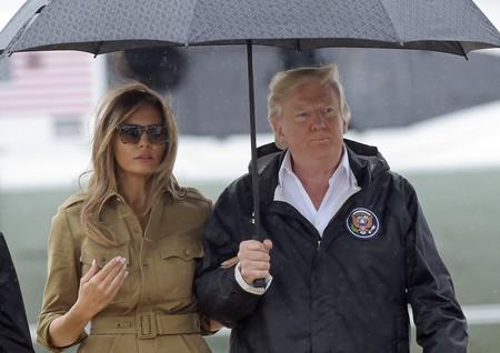 Los dos looks opuestos de Melania Trump durante su visita a Houston, ¿con cuál te quedas?