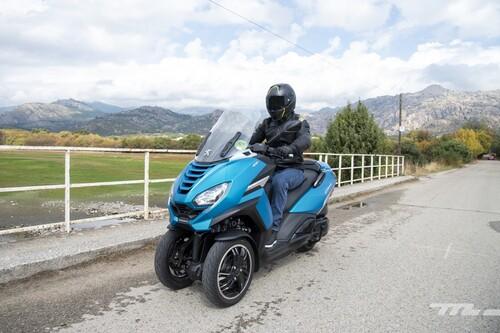 Probamos el Peugeot Metropolis 400: un scooter de tres ruedas sin carnet que destaca por potencia y buenos acabados
