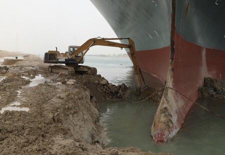 El buque de carga en el Canal de Suez, más cerca de ser desencallado: así se las están ingeniando para mover al gigante de 400 metros