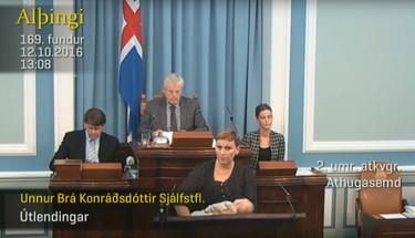 Una legisladora de Islandia interviene en el Parlamento amamantando a su bebé (y a nadie parece importarle)