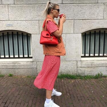 Siete zapatillas blancas hechas en España que son la solución a cualquier look junto a un vestido midi y un chaleco