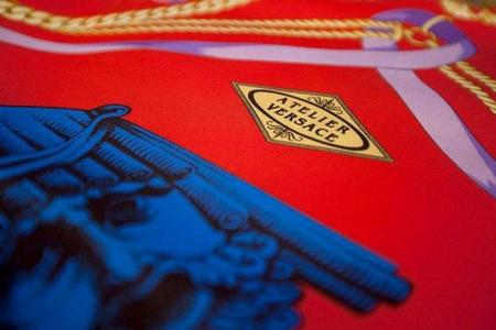 Versace se pone las pilas y re-edita sus clásicas camisas de seda estampadas