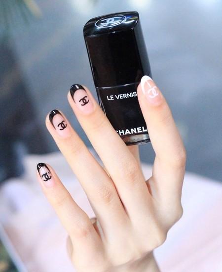 """Las logomanía se vuelven tendencia en las manicuras: 41 ejemplos de la fiebre de las """"uñas de marca"""""""