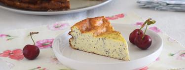 Tarta de yogur griego y queso fresco desnatado con semillas de amapola: receta más ligera para darse un capricho