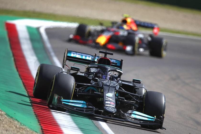 ¡Brutal! Lewis Hamilton le quita la pole position a Sergio Pérez por 35 milésimas en Imola