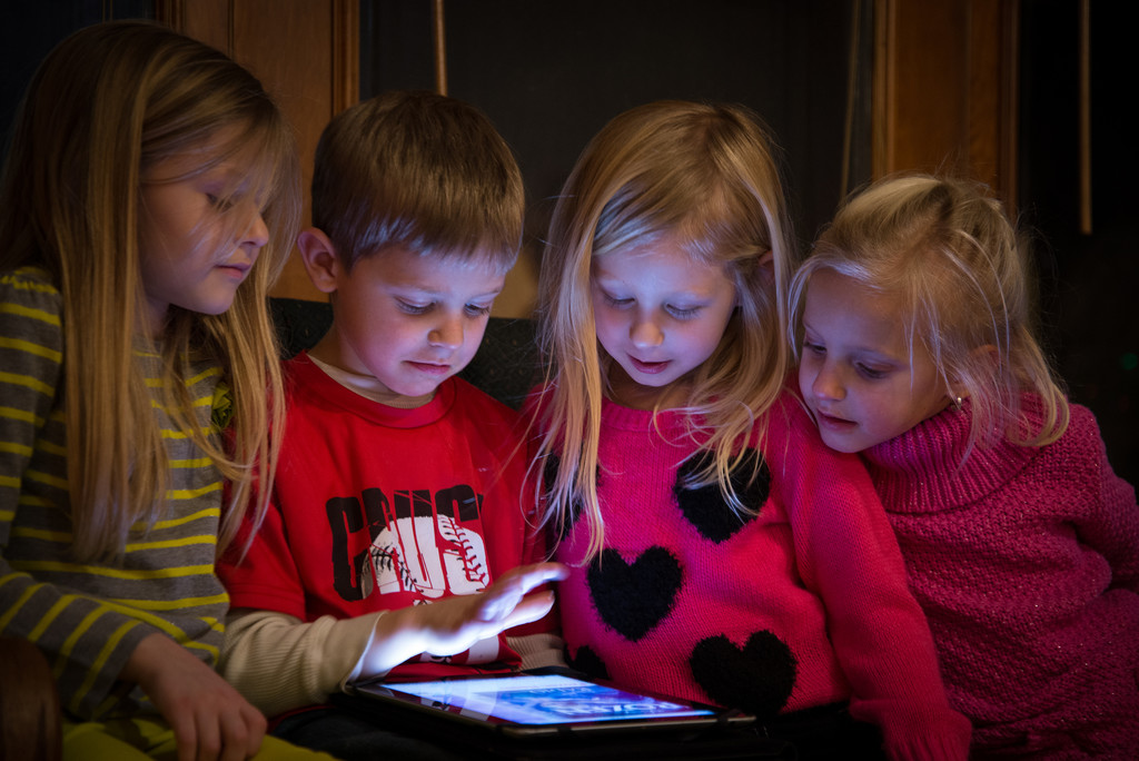 Niños usando un tablet iPad