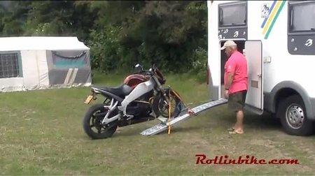 El mejor sistema para cargar la moto en una caravana