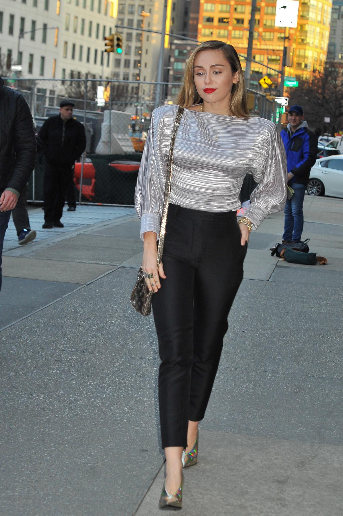 Miley Cyrus dice sí a los looks con pantalón  cinco pantalones para emular  su estilo 7212ce130257