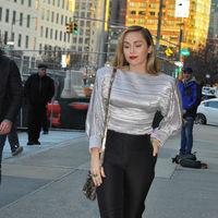 Miley Cyrus dice sí a los looks con pantalón: cinco pantalones para emular su estilo