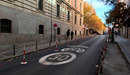 El nuevo Ayuntamiento de Madrid dice que apuesta por la bici, pero ya ha comenzado a suprimir carriles segregados