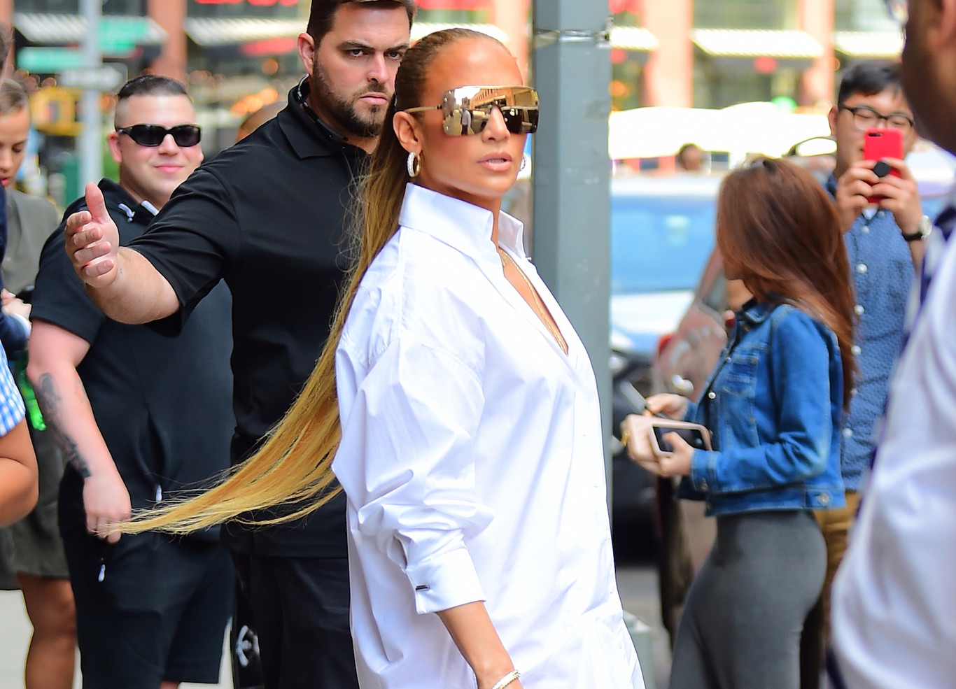 1d7773291d Así nos hemos quedado al ver las botas de Versace que Jennifer López ha  paseado por Nueva York