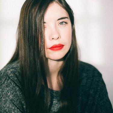 """Luna Miguel, autora de 'Caliente': """"Leer sobre poliamor me hizo ver que las dinámicas tóxicas de pareja las repetía también con amigas"""""""