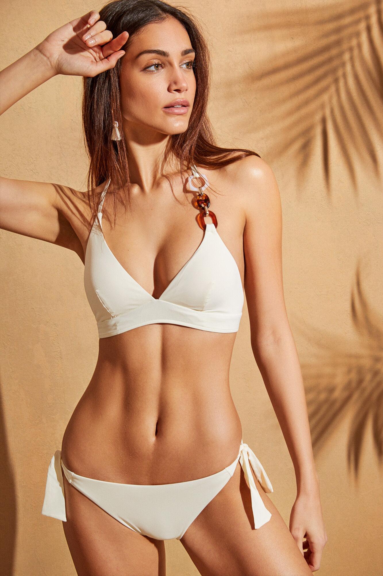 Top bikini tipo halter blanco y braguita con lazada lateral