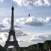 La vida sigue en París: ahora es posible lanzarse en tirolina desde la torre Eiffel y sentir la ciudad a nuestros pies
