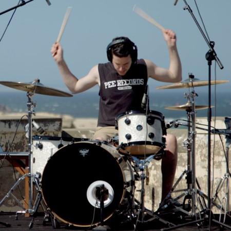 De Nirvana a The Beatles, este monstruo de la batería toca discografías en sólo 5 minutos