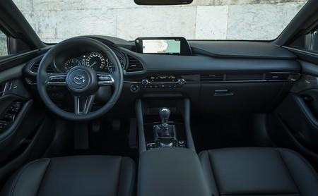 Mazda tira de sentido común limitando el uso de pantallas táctiles porque son potencialmente peligrosas
