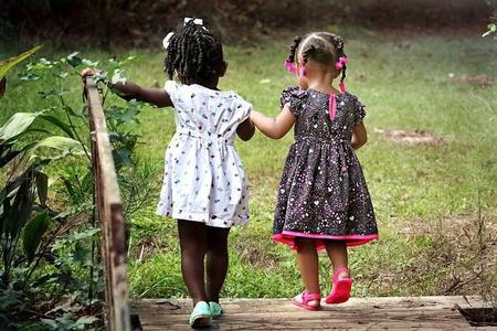 Los amigos desde niños son más importantes para la felicidad adulta