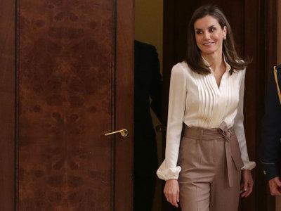 Doña Letizia nos inspira con su look para ir a la oficina con unos nuevos pantalones de Uterqüe