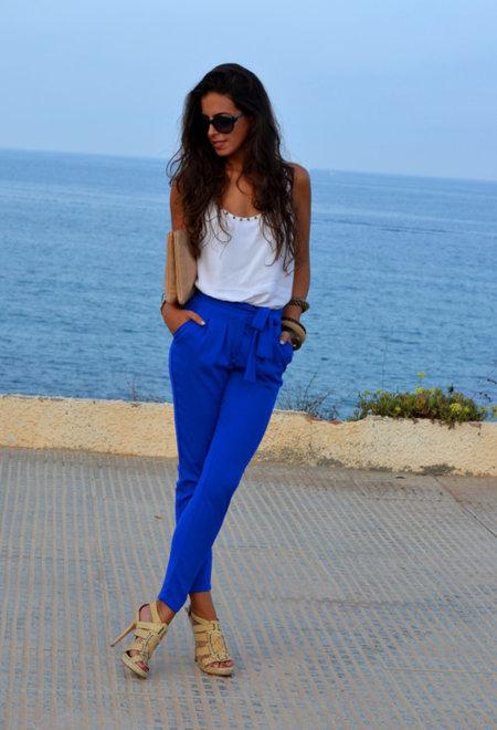 pantalón azul klein