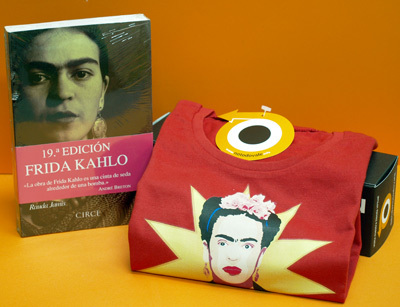 Libro y camiseta de Frida Kahlo