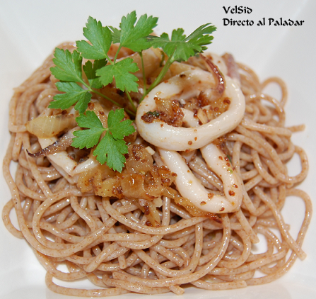 Espaguetis integrales al limón con calamares encebollados a la mostaza