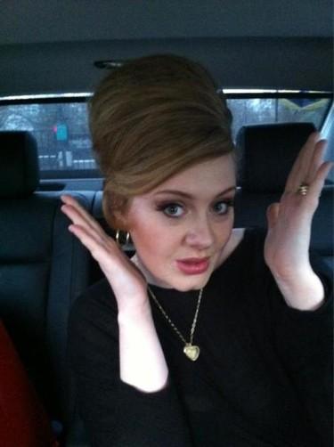 Karl Lagerfeld hace las paces con Adele a golpe de bolso