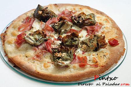 Pizza blanca de alcachofas y jamón York. Receta
